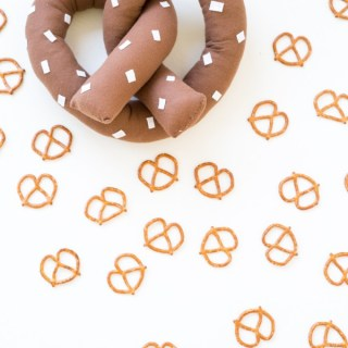 Studio DIY shares a fun tutorial for a pretzel pillow that's easy to make, a great beginner project, and just might have you thinking about snack time. -Sewtorial