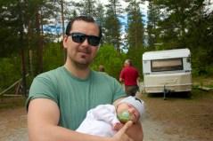 Yngste deltagaren i pappa Andreas famn