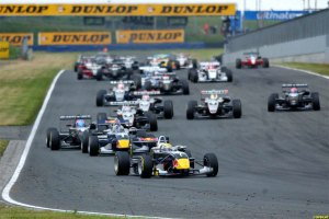 Buemi heads the field on the way to his first F3 win at Oschersleben (LAT).