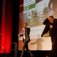 QVC-Moderator Sascha Heyna überrascht Oliver Kalkofe auf der Bühne