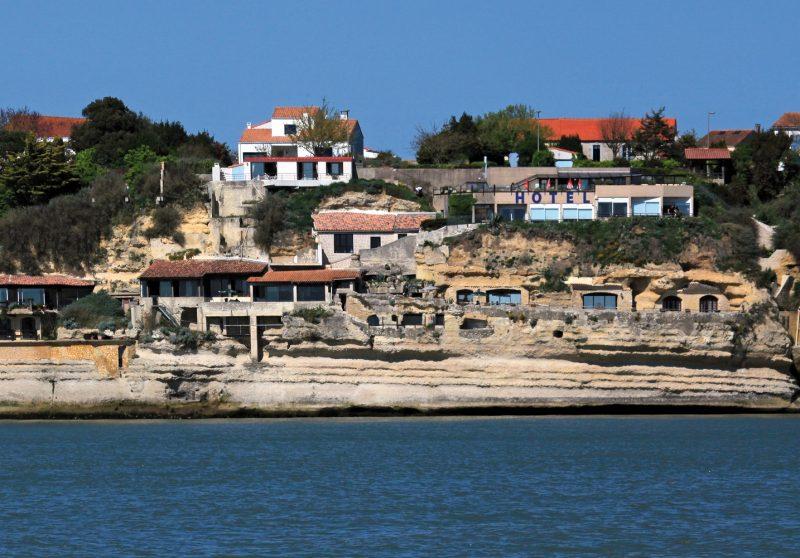 Accueil : vue des Grottes de Matata depuis l'estuaire