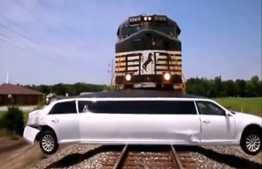 【衝撃映像】リムジンが長すぎて踏切れず→列車と激突www