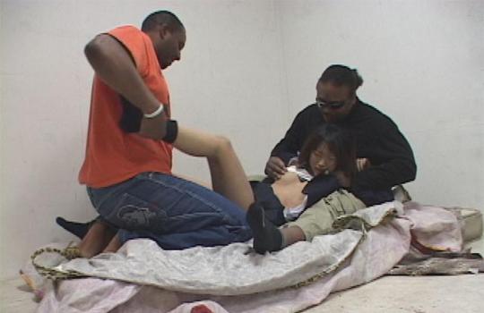 【黒人レイプ】ある日家に帰ると母が黒人に犯されてました・・・止めに入った娘も犯される