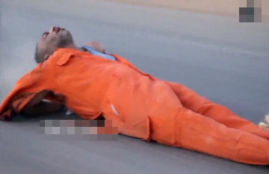 【ISIS】スパイを捕まえた!削れて無くなるまで車で引き摺ろうwww