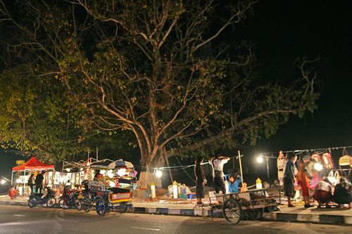 walking night bazaar in vientiane laos