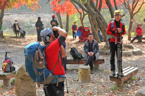 Korean hiker fashion, hiking fashion in korea, hiking styles korean, hiking in korea