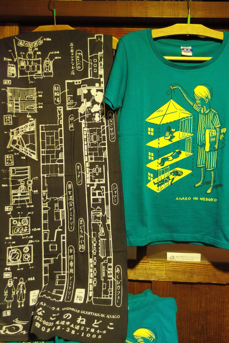 宿の構造が書かれたオリジナルのれんとTシャツ