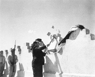 José Figueres Ferrer en el acto simbólico de abolición del ejército, dando un golpe con mazo a un muro del cuartel Bellavista, 1º de diciembre de 1948. Fotógrafo, Mario Roa.