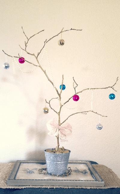 maceta plateada con árbol