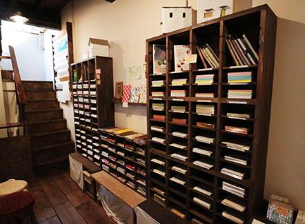 紙素材が並ぶ棚