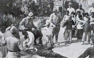 子供たちと遊ぶ日本兵