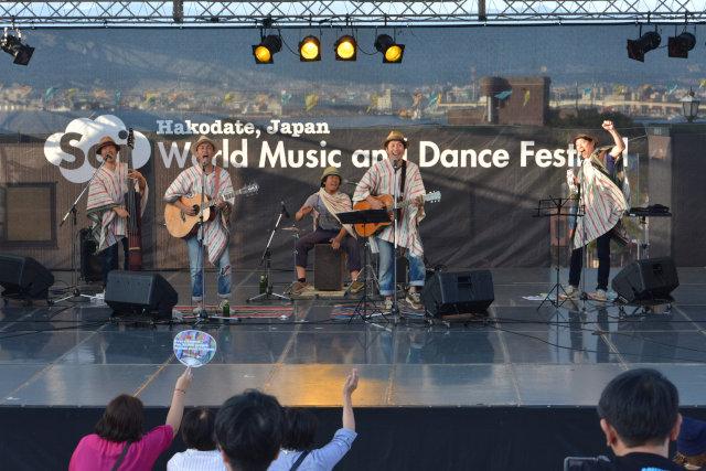 生楽器のみで演奏する「コロナセッションズ」。東京からの参加だが、ステージ上ではメキシコから参加したという設定(笑)