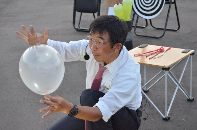 科学に基づいたショーやアクロバテイックな芸を披露する「くす田くす博」