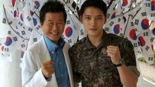 歌手のテ・ジナが軍服務中のJYJ ジェジュンを訪問し電撃慰問公演