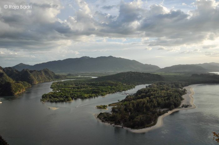 The meeting point between the Andaman Sea (right) and Kilim River (left)