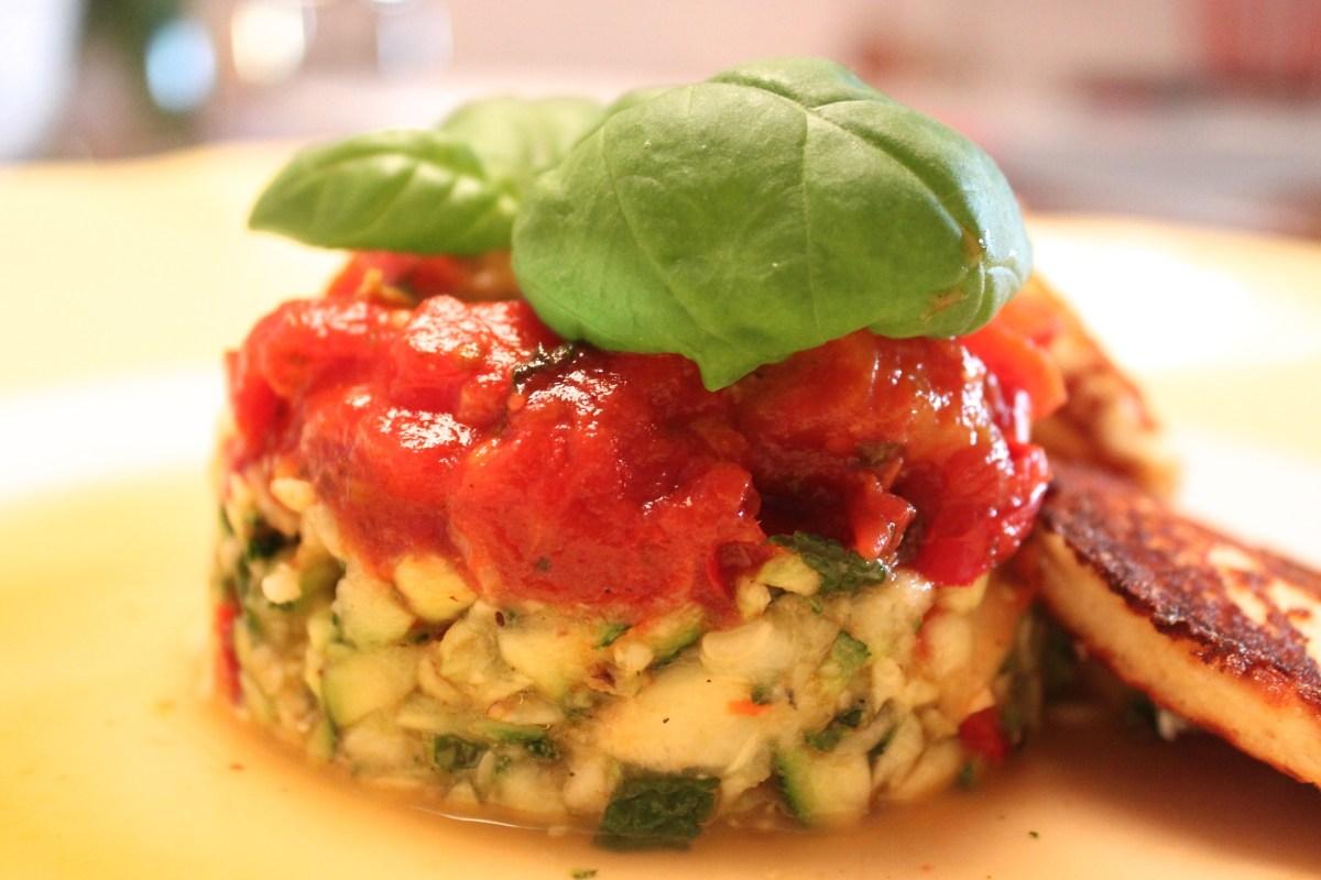 Ricotta-Küchlein in Tomatensoße mit Zucchinisalat