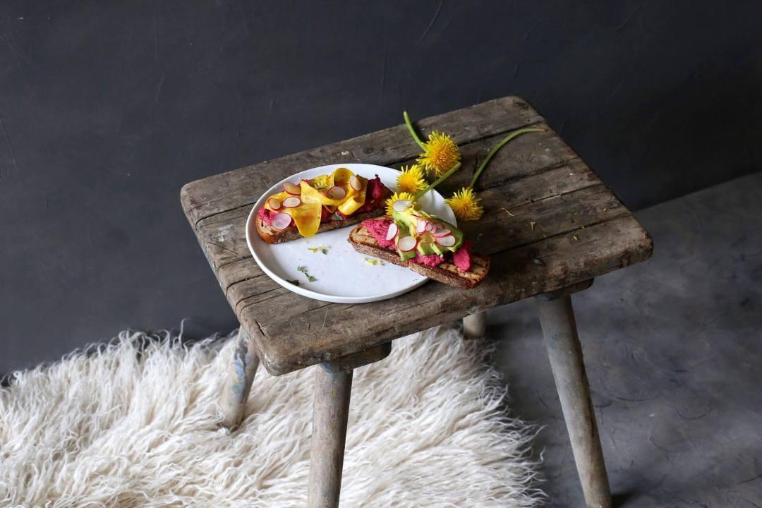Power-Stulle mit Löwenzahn und Rote Bete Hummus