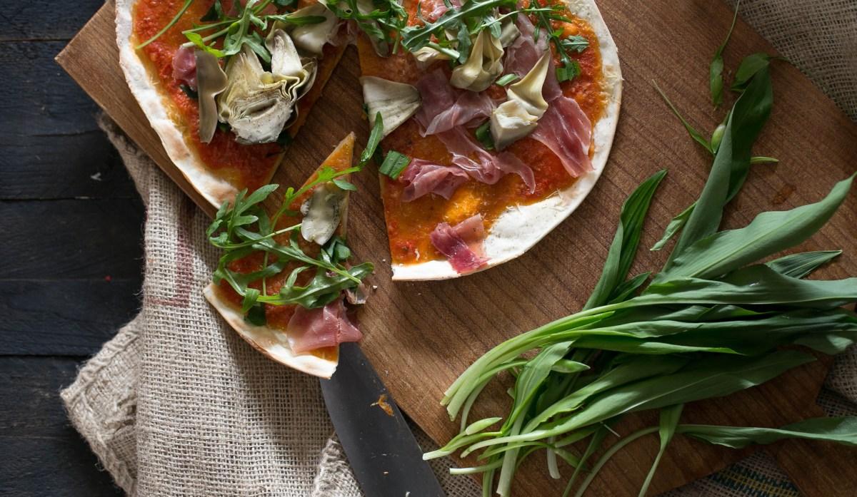 Pizza mit Sauerteig, Bärlauch und Artischocke