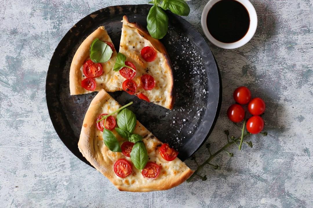 Pinsa mit Tomate, Mozzarella und Basilikum