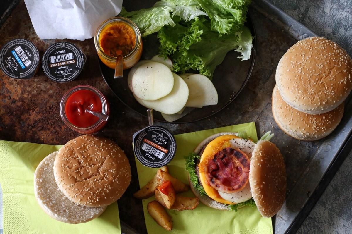"""""""Butcher's Pumpkin Bacon Burger"""" mit Apfel und Wedges"""