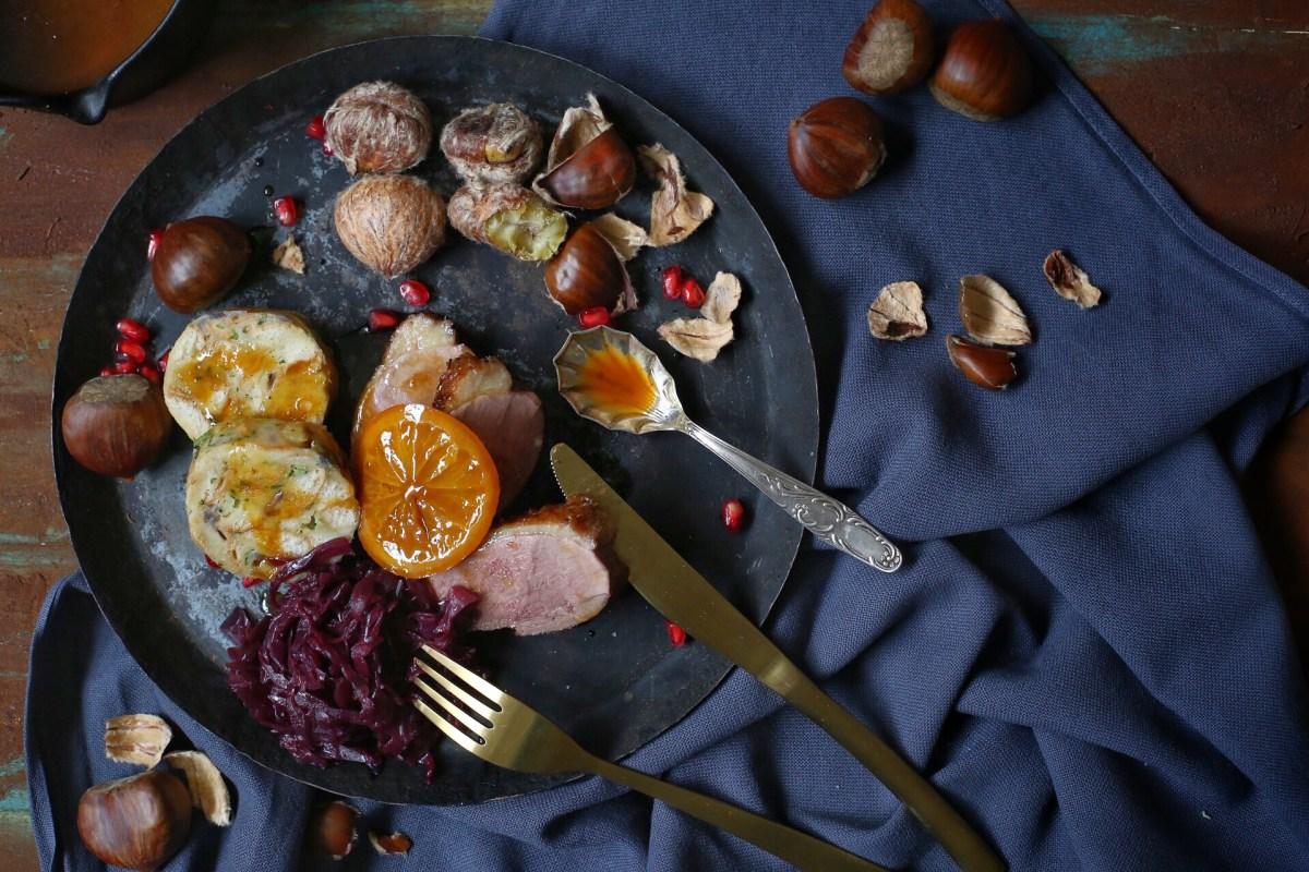 Entenbrust mit Serviettenknödel, Rotkohl, Maronen und Orangensauce