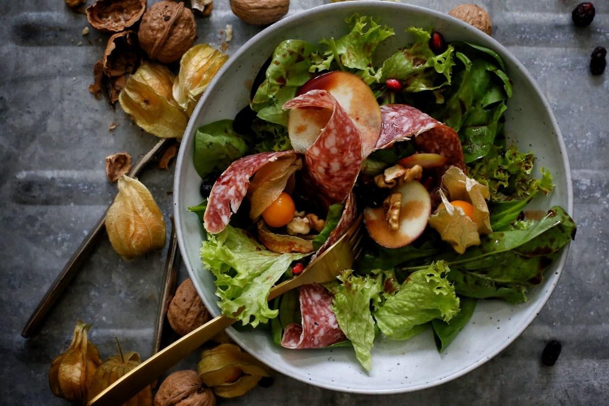 Herbstsalat mit Granatapfel, Physalis und feiner Salami