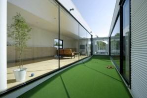 Mini igrišče za golf med dvema sobama