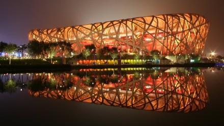 Nacionalni stadion v Pekingu lahko gosti kar 80.000 ljudi. Zaradi oblike se stadion imenuje tudi Ptičje gnezdo.
