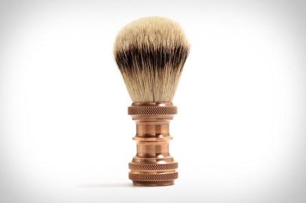 Ročno izdelana, izjemno trpežna krtačka za britje J. L. Lawson Copper, ki jo boste imeli do konca življenja. Med drugim vsebuje jazbečevo dlako. Cena: 208 evrov.
