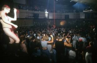 Plesalka zgoraj brez pleše na odru, New York City's Webster Hall, 1993.