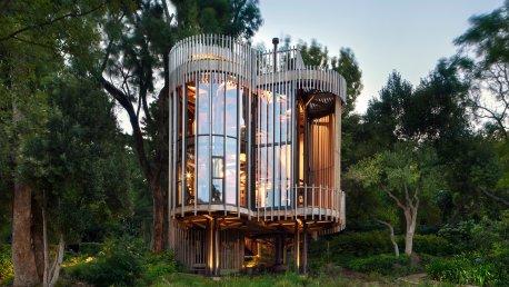 Neobičajna hišica na drevesu