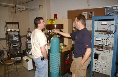 Fig.3 Dan (L) instructing Stu on leack checking.