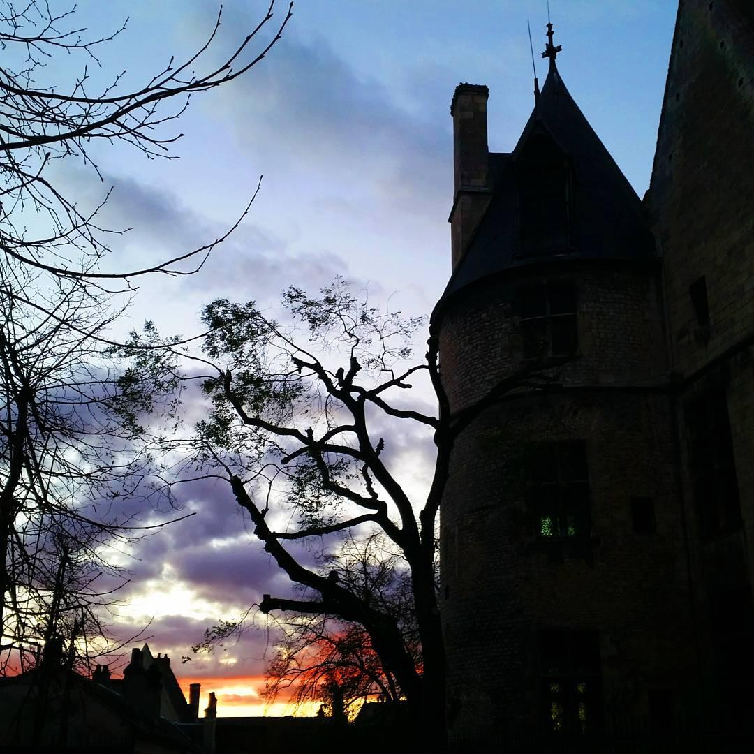 Coucher de soleil sur le Palais Jacques-Coeur