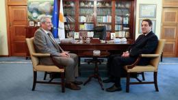 File Photo: O πρόεδρος της Κύπρου Νίκος Αναστασιάδης συνομιλεί με τον τον γ.γ. του ΑΚΕΛ Άντρο Κυπριανού. Φωτογραφία Φιλελεύθερος