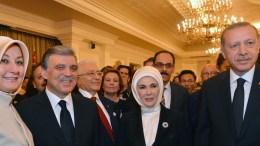 Ο Γκιουλ και ο Ερντογάν με τις συζύγους τους. Φωτογραφία EPA