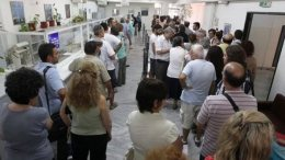 Πολίτες περιμένουν σε ΔΟΥ. Φωτογραφία αρχείου. ΑΠΕ-ΜΠΕ/ΣΤΕΦΑΝΟΣ ΡΑΠΑΝΗΣ