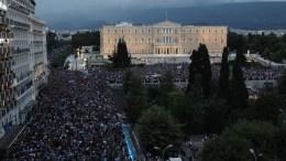 File Photo: Πλήθος κόσμου έχει κατακλύσει την πλατεία Συντάγματος και τους δρόμους στη συγκέντρωση υπέρ του «Ναι» σχετικά με το δημοψήφισμα της 5ης Ιουλίου 2015, στην Αθήνα, Τρίτη 30 Ιουνίου 2015. ΑΠΕ-ΜΠΕ, ΣΥΜΕΛΑ ΠΑΝΤΖΑΡΤΖΗ