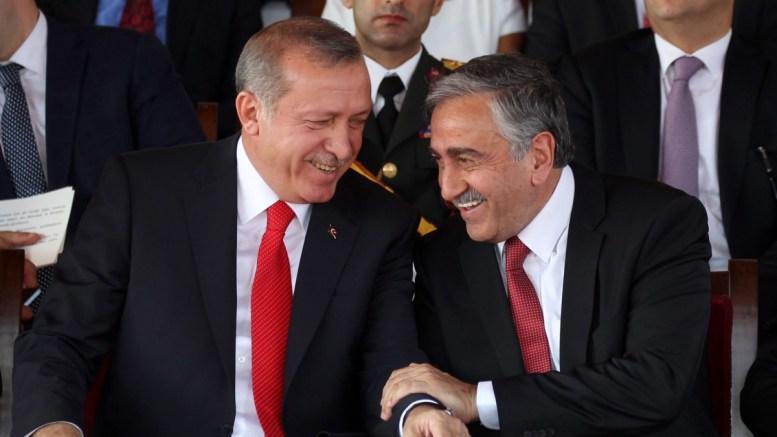 ΦΩΤΟΓΡΑΦΙΑ ΑΡΧΕΙΟΥ: Turkish President Recep Tayyip Erdogan (L) speaks with Mustafa Akinci (R). EPA, STRINGER