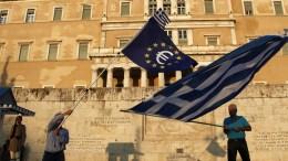 Φωτογραφία αρχείου: Demonstrators hold a European and greek flag during a pro euro rally in front of the Greek Parliament in Athens Greece. EPA, ALEXANDROS VLACHOS