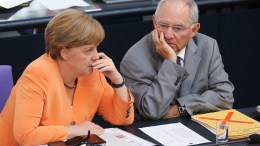 Φωτογραφία ΑΡΧΕΙΟΥ: German Chancellor Angela Merkel (L) and German Finance Minister Wolfgang Schδuble (R). EPA, WOLFGANG KUMM