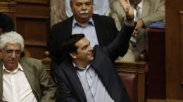 ΦΩΤΟΓΡΑΦΙΑ ΑΡΧΕΙΟΥ: Ο πρωθυπουργός Αλέξης Τσίπρας ψηφίζει κατά τη διάρκεια της συνεδρίασης της Ολομέλειας της Βουλής. ΑΠΕ-ΜΠΕ/ΑΠΕ-ΜΠΕ/ΓΙΑΝΝΗΣ ΚΟΛΕΣΙΔΗΣ
