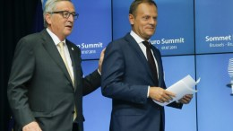 European Council President Donald Tusk (L) and European Commission President Jean-Claude Juncker. EPA, OLIVIER HOSLET