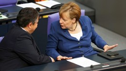 German Chancellor Angela Merkel (L) and German Foreign Minister Sigmar Gabriel (R).  EPA/WOLFGANG KUMM