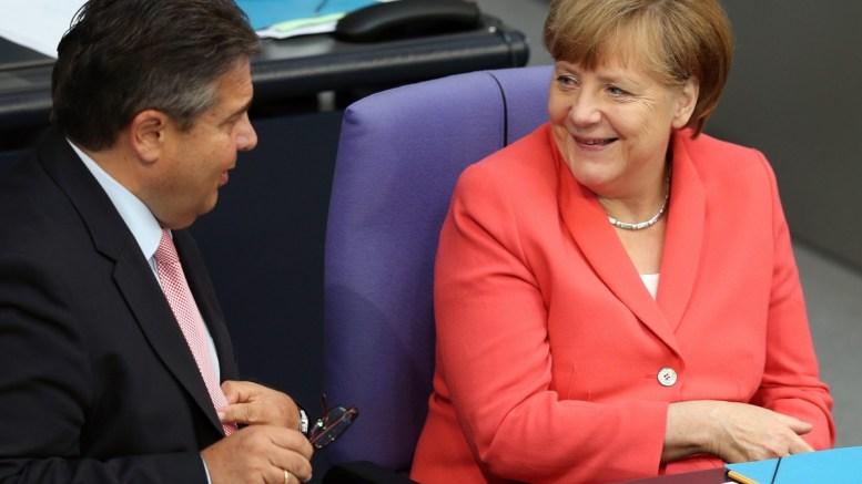 Φωτογραφία ΑΡΧΕΙΟΥ: German Minister for Economics Sigmar Gabriel (L) and German Chancellor Angela Merkel (R) during a special session of the German Bundestag over the proposed bailout package for Greece, in Berlin, Germany, 17 July 2015. EPA/WOLFGANG KUMM