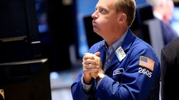 Traders work on the floor of the New York Stock Exchange (NYSE) near the end of the trading day in New York, New York, USA. EPA, ANDREW GOMBERT