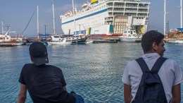 Φωτογραφία Αρχείου: Two migrants waiting to board a migrant processing ship on the Greek island of Kos, Greece, 15 August 2015. The Greek island is struggling with a major influx of refugees and migrants amidst the financial crisis and the height of the tourist season. EPA/ODYSSEUS