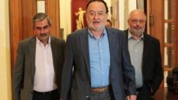 Ο πρόεδρος της Λαϊκής Ενότητας Παναγιώτης Λαφαζάνης (Κ) με τον Κώστα Ήσυχο (Δ) και τον Θανάση Πετράκο (Α). ΑΠΕ-ΜΠΕ/ΠΑΝΤΕΛΗΣ ΣΑΪΤΑΣ