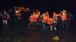 Φωτογραφία ΑΡΧΕΙΟΥ: Refugees from Syria disembark dinghy boat at the coast of Lesvos island, north Aegean, Greece, across the Turkish coastline, at dawn of 18 August 2015. EPA, ORESTIS PANAGIOTOU