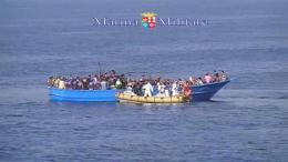 Φωτογραφία ΑΡΧΕΙΟΥ: This image taken from video provided by the Italian Navy (Marina Militare), shows an Italian Navy RIB approaching a fishing boat crowded with migrants off the coast of Libya.
