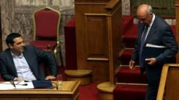 Φωτογραφία Αρχείου: Ο πρωθυπουργός, Αλέξης Τσίπρας, παρακολουθεί τον πρόεδρο της Νέας Δημοκρατίας, Ευάγγελο Μεϊμαράκη (Δ), κατά τη συνεδρίαση της Ολομέλειας της Βουλής. ΑΠΕ-ΜΠΕ/ΑΛΕΞΑΝΔΡΟΣ ΒΛΑΧΟΣ